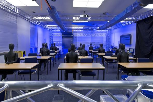 In mehreren Szenarien (ein Klassenzimmer, ein Arzt%2dWarteraum, ein Gastro%2dBereich sowie Kinobestuhlung) saßen bis zu 15 Dummies an Tischen.