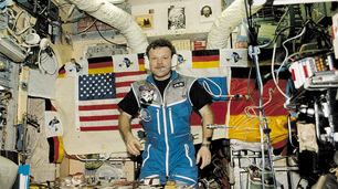 Reinhold Ewald an der Raumstation MIR, 1997