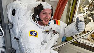 Alexander Gerst im Raumanzug EMU