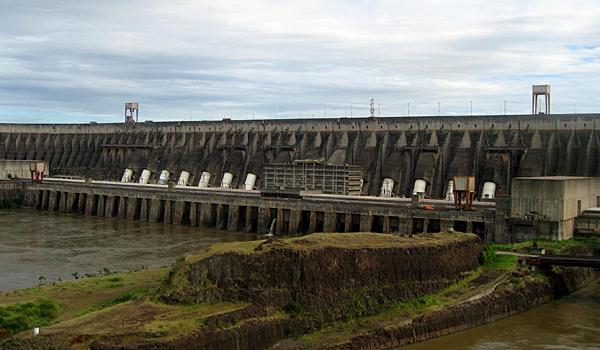 Fallrohre des kraftwerks itaipu im brasilianisch paraguayanischen