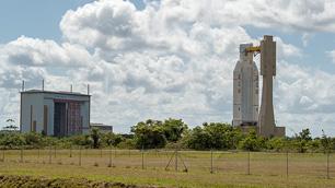 """Die Ariane 5 auf dem Weg vom Integrationsgebäude in das """"Final Assembly Building"""""""