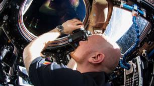 Blick ins All: Alexander Gerst in der ISS%2dAussichtsplattform Cupola