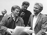 Joachim Mahrholdt mit Reinhard Furrer (D1) am 28. Januar 1986 an der Uni Konstanz. Mahrholdt überreicht Furrer die Sonderseite des Südkurier zur D1%2dMission.