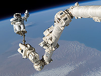 Steve Robinson am Canadarm (STS%2d114)
