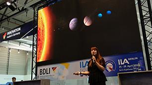 Marta Cortesao auf der ILA Berlin 2018 Science Slam, präsentiert, was Schimmel ist und wie er sich auf der ISS fühlt.