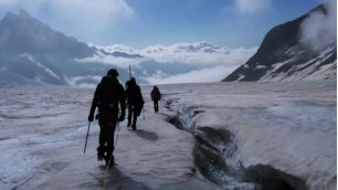 DLR-Wissenschaftler auf dem Weg über den Gletscher zur Konkordiahütte