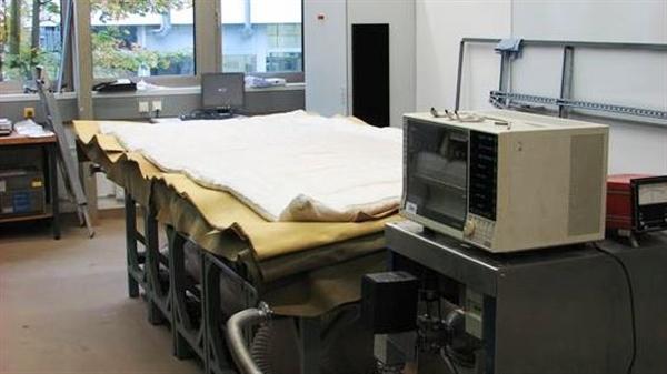 Beheizbarer Vakuumtisch mit Isolationsmaterial während des Prozesses