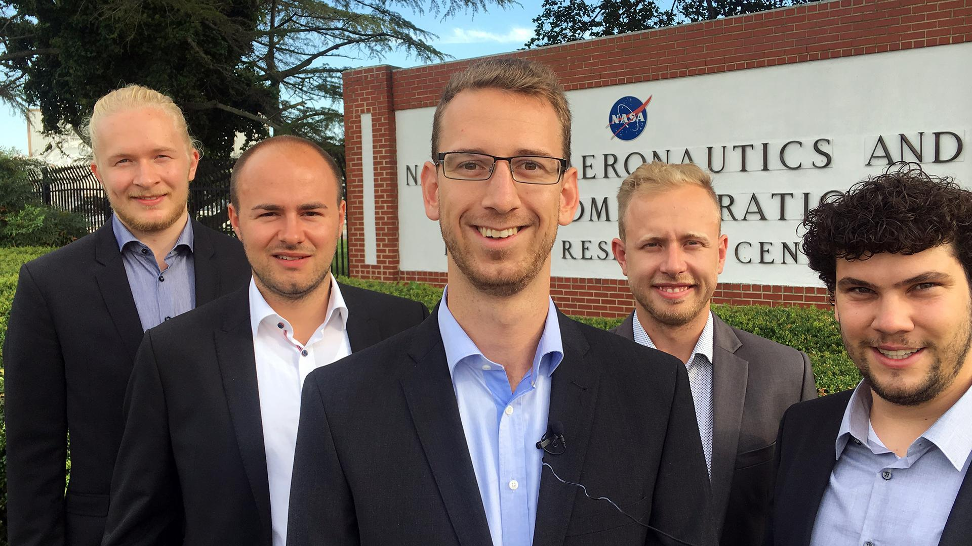 Foto Team der Uni Stuttgart am Eingang des NASA Langley Research Center