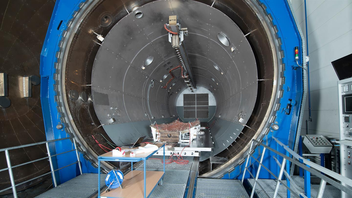 Demonstrator and vacuum assembly at the final hardening point in the research autoclave BALU