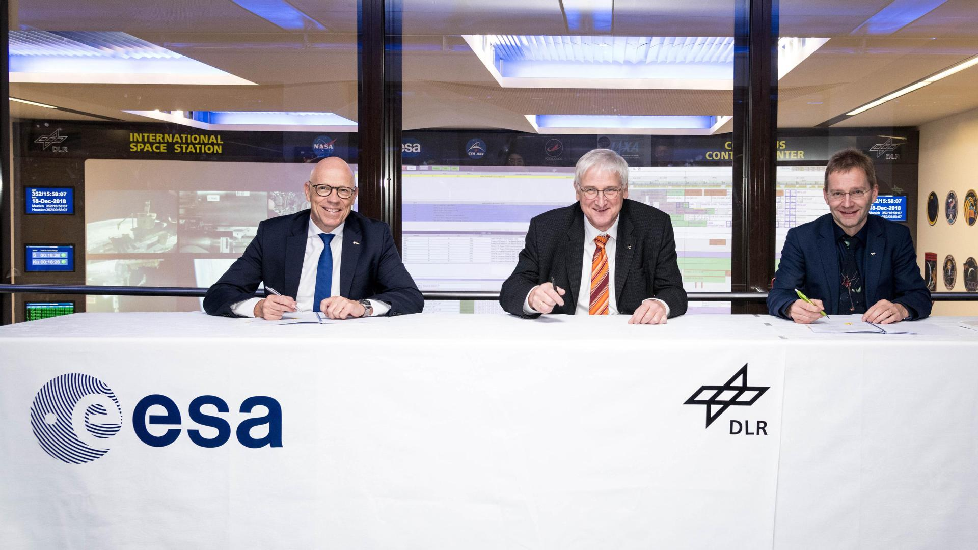 Rolf Densing, Hansjörg Dittus and Felix Huber sign the cooperation agreement