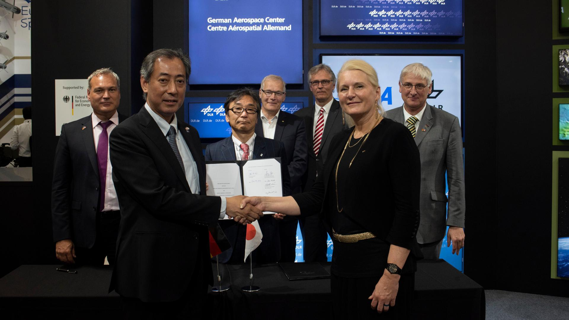 Signing of the cooperation agreement between JAXA and DLR