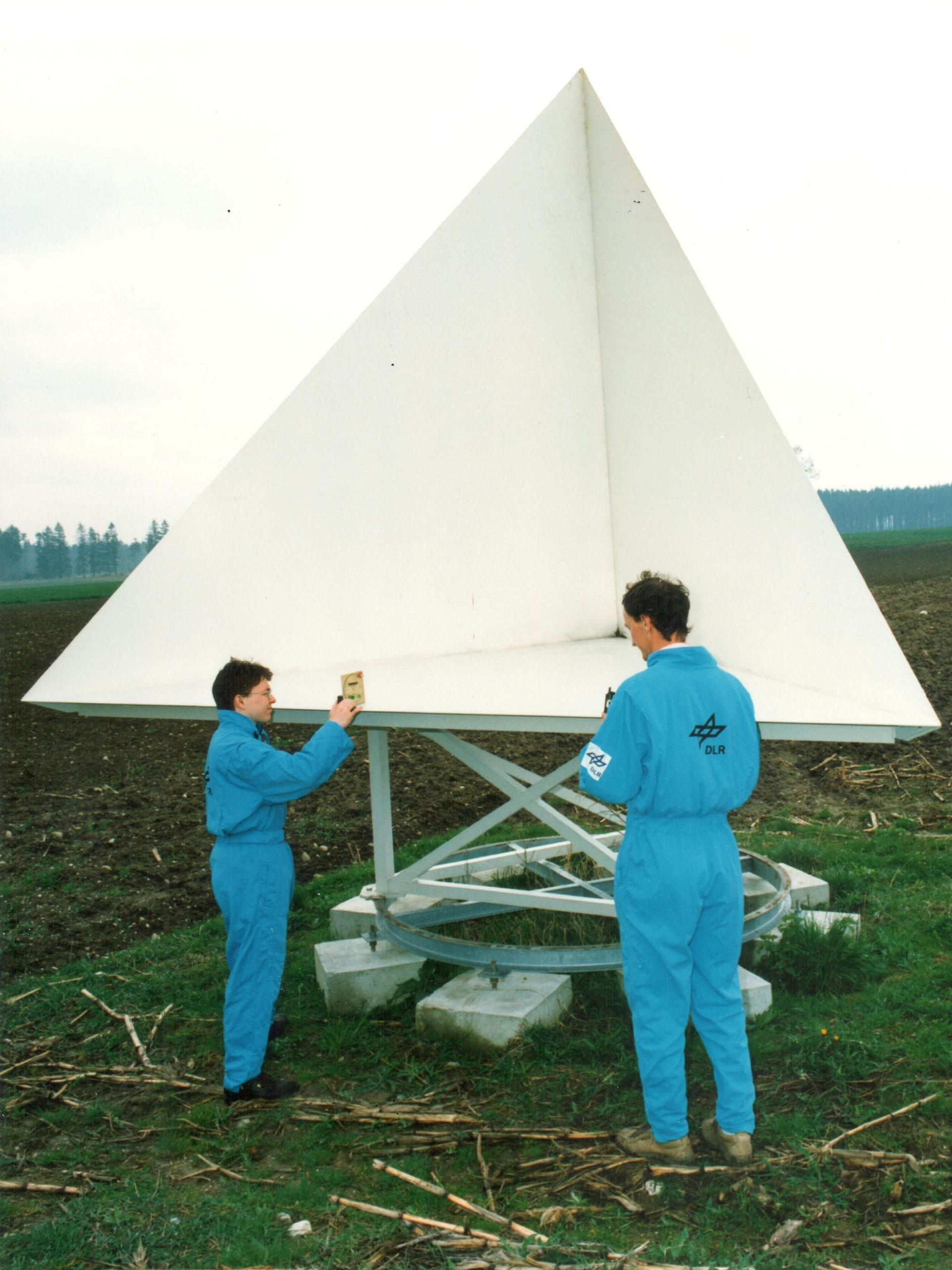 Calibration reflector for the X-SAR missions