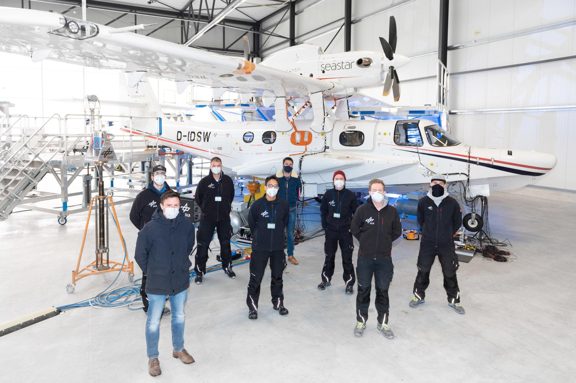 Group photo of the DLR and Dornier Seawings test teams