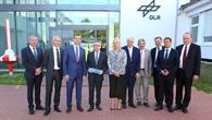 Bundesinnenminister de Maizière und DLR-Verantwortliche beim Besuch am Standort Neustrelitz
