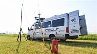 Bodenstationsfahrzeug mit Antennenaufbau zur Überwachung des Flugversuchs