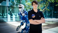Daniel Leidner mit dem Roboter Rollin' Justin