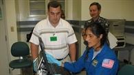 NASA%2dAstronautin Sunita Williams beim Training für das Experiment PMDIS/TRAC