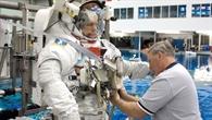 Hans Schlegel während der Vorbereitung zum Unterwassertraining