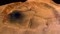 Risse im Boden eines Kraters