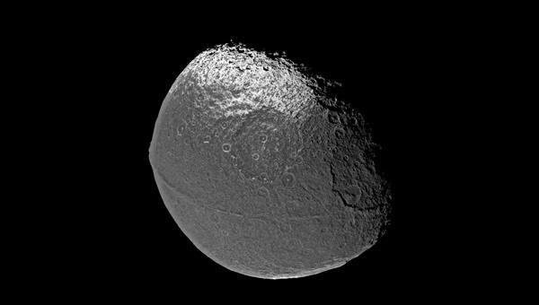 Iapetus %2d Mond mit zwei Gesichtern