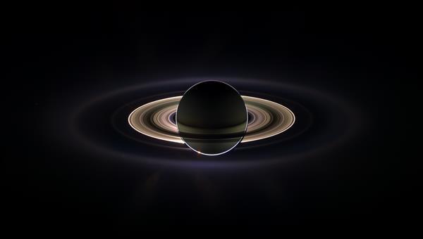 Saturn und seine Ringe im Gegenlicht