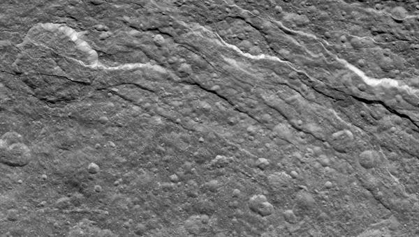 Tektonische Bruchstrukturen auf Rhea