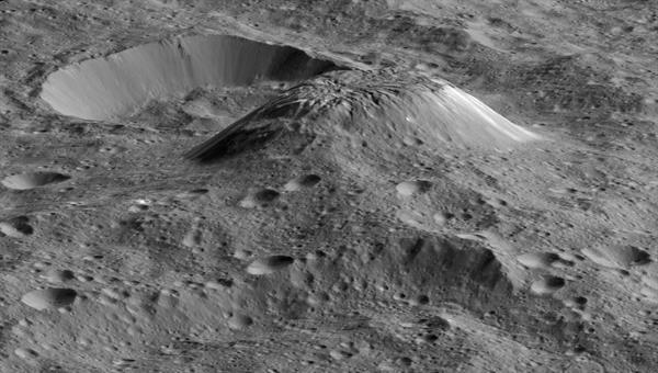 Der Ahuna Mons mit kraterfreien, also geologisch ganz jungen Abhängen erhebt sich etwa 5000 Meter über die ansonsten von Kratern übersäte Umgebung. Ein Kryovulkan, aus dessen Schlot Eis statt Lava dringt? %2d Die Forscher halten das für möglich.Quelle: NASA/JPL%2dCaltech/UCLA/MPS/DLR/IDA