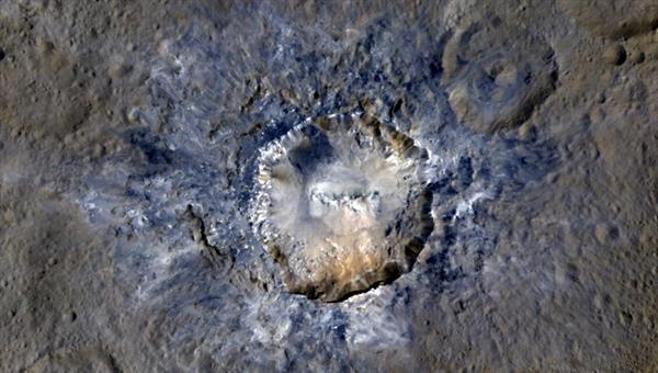 Der Krater Haulani ist mit 34 Kilometer Durchmesser etwa so groß wie das Nördlinger Ries in der Schwäbischen Alb. Er scheint noch nicht sehr alt zu sein, denn sein Rand ist noch scharfzackig. Auch die Blautöne in der kontrastverstärkte Aufnahme legen diesen Schluss nahe. Erdrutsche zeigen, dass die Erosion ihr einebnendes Werk begonnen hat. Quelle: NASA/JPL%2dCaltech/UCLA/MPS/DLR/IDA