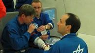 Dr. Alexander Choukèr bei der Atemgasanalyse auf einem DLR Parabelflug