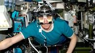 Sergey Krikalev führt ein Experiment mit dem ETD durch