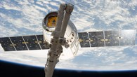 Weltraumtransporter Dragon mit der FASTER%2dHardware