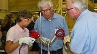 Materialwissenschaftler untersuchen eine Probe nach ihrer Rückkehr auf die Erde