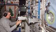 ISS Astronaut Bill McArthur überprüft die SLAMMD%2dApparatur