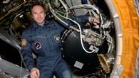 Kosmonaut Valery I. Tokarev mit der PK%2d3%2dPlus%2dAnlage