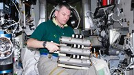 Kosmonaut Alexander Samokutjajew mit dem Vorläufer%2dExperiment BIORISK%2dMSM