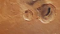 Farbdraufsicht auf die beiden Krater Danielson und Kalocsa in der Region Arabia Terra