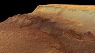 Blick von Südosten auf die Abbruchkante von Ius Chasma