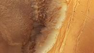 Farb%2dDraufsicht auf den Nordabbruch von Ius Chasma in die Valles Marineris