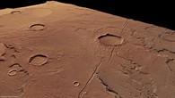 Schrägansicht von Nordosten nach Südwesten auf einen Graben in Tempe Terra