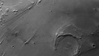 Senkrechte Draufsicht auf das Mündungsgebiet von Ares Vallis in Schwarzweiß