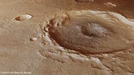Perspektivische Ansicht eines Kraters in Thaumasia Planum