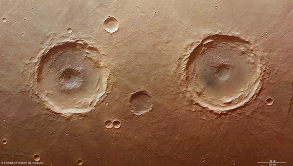 Farbansicht des Arima-Kraters und seines