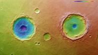 Topographische Bildkarte der beiden Krater in der Region Thaumasia Planum