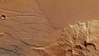 Lavaströme am Fuß des Mistretta-Kraters auf dem Mars