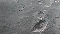 Anaglyphenbild des Dreifachkraters in der südlichen Hochlandregion Terra Sirenum