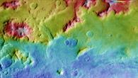 Falschfarbendarstellung der Topographie des Hellas Planitia%2dKraterrands auf dem Mars