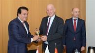 Im Austausch: der ägyptische Forschungsminister und DLR%2dVorstandsmitglied Dr. Gruppe
