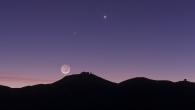 """Die Planeten Venus und Merkur über der Kuppel des Paranal-Observatoriums der Europäische Südsternwarte ESO in den chilenischen Anden. Der zunehmende """"junge"""" Mond zeigt nur eine dünne Sichel, der überwiegende Rest seiner Vorderseite wird vom Widerschein der Erde in ein fahles Licht getaucht. Fast nirgendwo sonst auf der Erde sind die Bedingungen für astronomische Beobachtungen so gut wie in den über viertausend Meter hohen Bergen Chiles. Bild: ESO/B. Tafreshi/TWAN"""