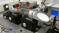 Laboraufbau des 245 GHz Gasspektroskopie%2dSystem mit dem Sender%2d und Empfänger %2dModul und der Gasabsorptionszelle