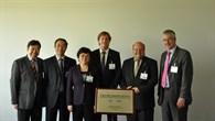Prof. Ping Luo, stellvertretende Ministerin des Ministeriums für Forschung und Technologie (MOST) der Provinz Anhui, Dr. Thomas Weißenberg (DLR) und Eike Bretschneider (DLR) eröffnen am 4. September das Deutsch%2dChinesische Forschungszentrum in Berlin.